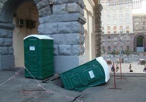 Во дворе напротив здания киевской мэрии под биотуалетом провалился асфальт