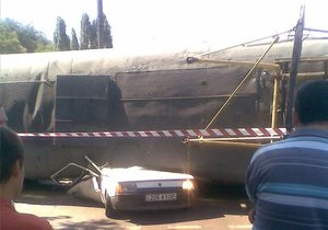 Под перевернувшимся в Одессе трамваем погиб водитель Таврии