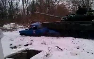 В сети появилось видео, на котором танк сравнял с землей автомобиль