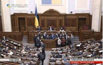 Депутаты Ляшко заблокировали трибуну Рады