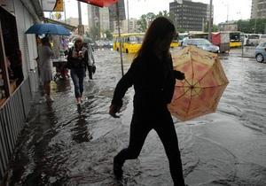 На Киев обрушился ливень с градом: движение транспорта затруднено, затопило несколько улиц