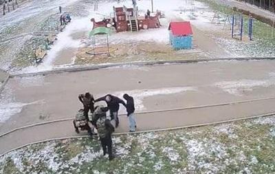 В России полицейский жестоко избил задержанного: видео обсуждают в соцсетях