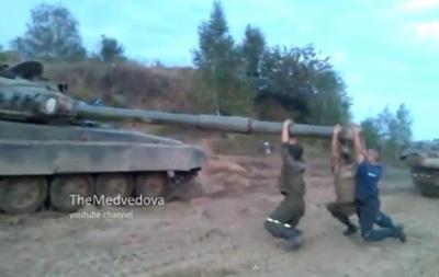 Карусель . В сети появилось видео, как военные катаются на пушке танка
