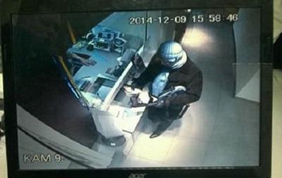 В Киеве неизвестный вынес из банка несколько тысяч гривен