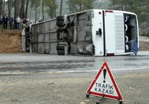 В Турции перевернулся автобус с туристами: пострадали 22 человека