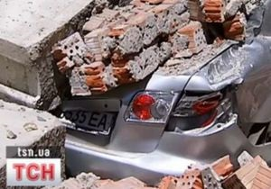 В центре Киева на автомобиль обвалилась стена