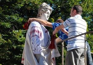 Во Львове скульптуры одели в вышиванки