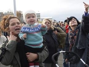 Машину премьер-министра Исландии забросали яйцами