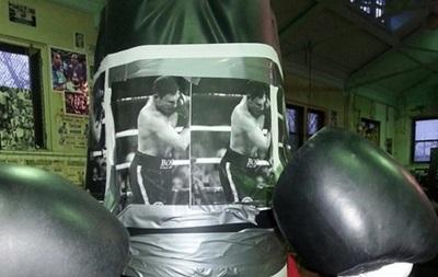 Дженнингс готовится к бою с Владимиром Кличко, избивая портрет Виталия