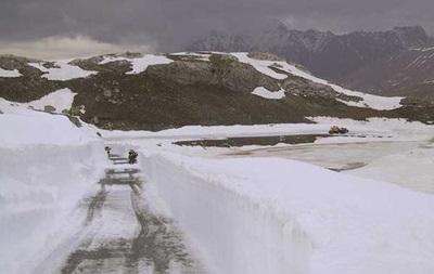 Во Франции тысячи машин заблокированы в горах из-за снегопадов