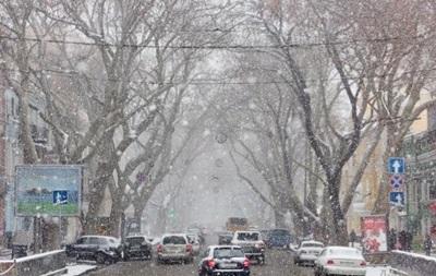 Снегопад парализовал дорожное движение в Одессе