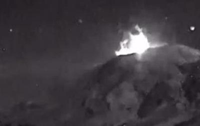 Обнародовано видео момента извержения вулкана Попокатепетль в Мексике