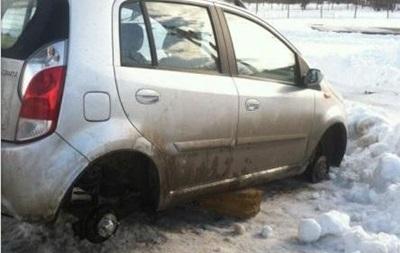 Под Одессой мародеры разграбили десятки брошенных в снегу автомобилей