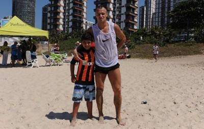 Игроки Шахтера подарили юным бразильцам черно-оранжевые футболки