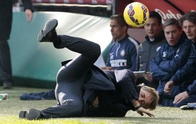 Тренера Интера во время матча мячем отправили в нокдаун