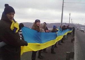 На мосту Патона в Киеве молодежь символично соединила левобережную и правобережную Украину