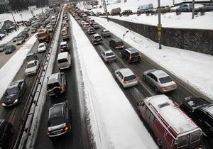 В Киеве на дорогах песок и соль заменят противогололедными реагентами