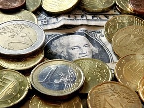 Доллар упал к евро до минимума за четыре месяца
