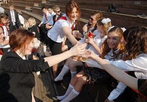 Янукович подписал закон, запрещающий детям находиться ночью в развлекательных заведениях