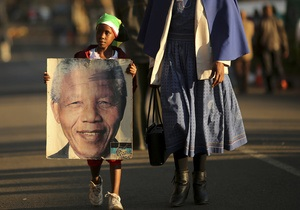 Мандела реагирует на лечение, но его состояние по-прежнему критическое - президент ЮАР