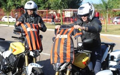 Луческу подарил бразильским полицейским футболки Шахтера