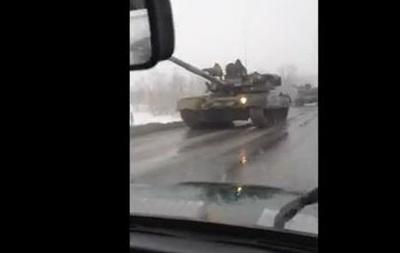 Появилось видео движения колонны танков РФ к украинской границе