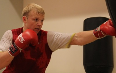 Украинского боксера назначили претендентом на титулы россиянина