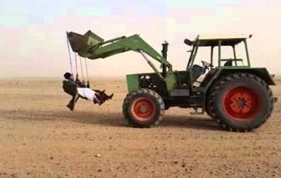 Саудовцы на качелях, прицепленных к погрузчику: видео обсуждают в сети