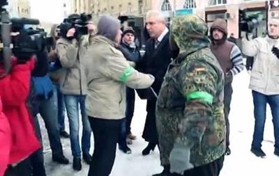 Протестующие в Харькове набросились на чиновника