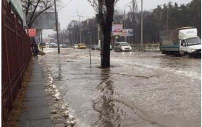 В Киеве прорвало трубу: затопило целый проспект