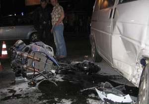 В Киеве мотоцикл врезался в микроавтобус