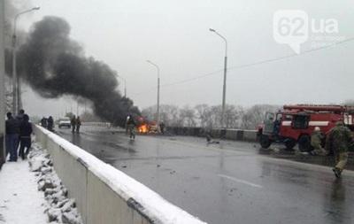 В Донецке снаряд попал в мост, загорелся автомобиль