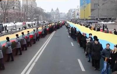 В Киеве прошло шествие с 200-метровыми флагами Украины и Литвы