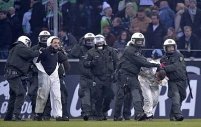 Немецкие фанаты выбежали на поле и устроили драку с полицией