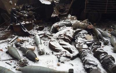 Опубликовано фото погибших в аэропорту Донецка со связанными руками