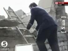 Саакашвили забрался на крышу