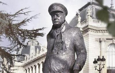 ПСЖ  одел  Черчилля и Елизавету II в шарфы клуба перед матчем с Челси
