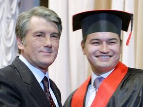 Фотогалерея: Ющенко вручил сыну диплом