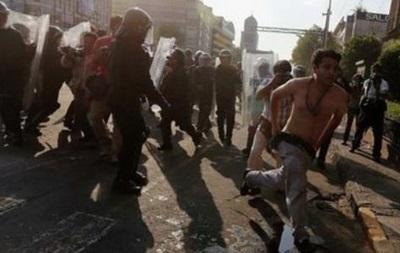В Мексике студенты забросали камнями воинскую часть