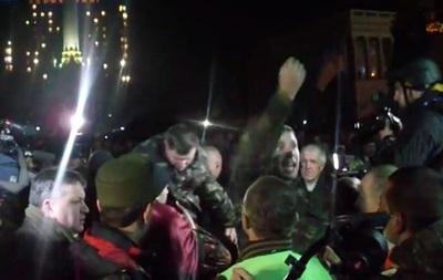Появилось видео прорыва Парасюка на сцену перед ультиматумом Януковичу