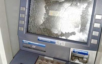 В Запорожье мужчина посреди магазина разбил палкой банкомат