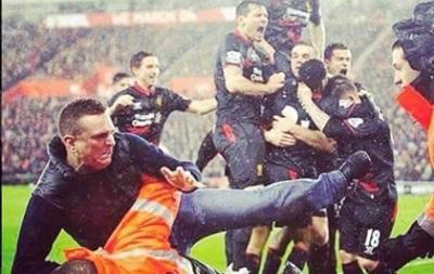 Стюард остановил фаната Ливерпуля приемом из рестлинга