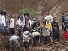 В Индонезии смыло водой тысячи домов: десятки погибших