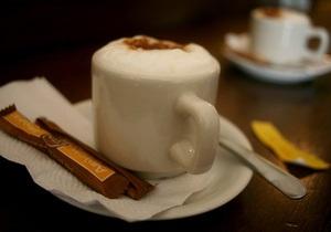 В Германии мужчина ограбил зал игровых автоматов, угрожая чашкой с горячим кофе