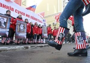 Российские Наши передали Тимошенко и Ющенко кирзовые сапоги