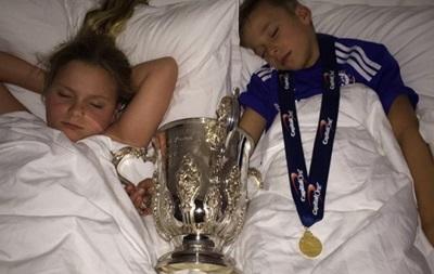 Капитан Челси уложил детей спать вместе с Кубком Лиги