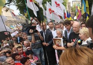 У стен Печерского суда собрались сторонники и противники Тимошенко