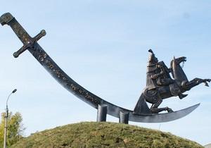 В Черкасской области памятник Хмельницкому разрисовали советскими лозунгами