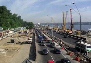 В Киеве в районе станции метро Днепр ограничено движение транспорта