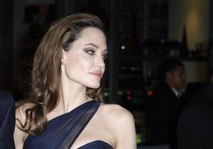 Джоли посетит сирийских беженцев в Иордании и Турции